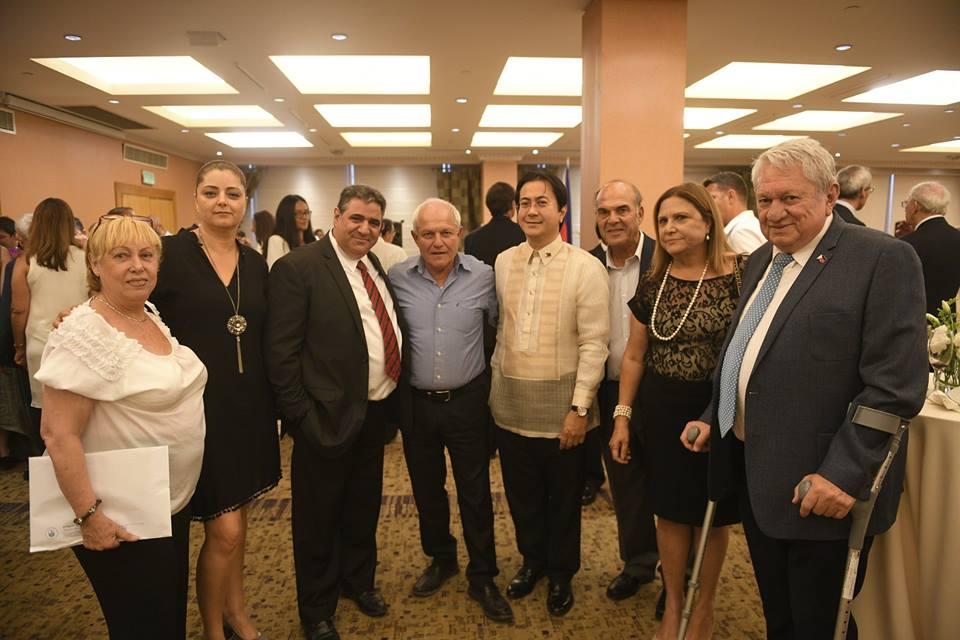 נשיא לשכת המסחר דרור ארי, חברי וועד הלשכה ושגריר הפיליפינים מר נתנאל ג. אימפראל